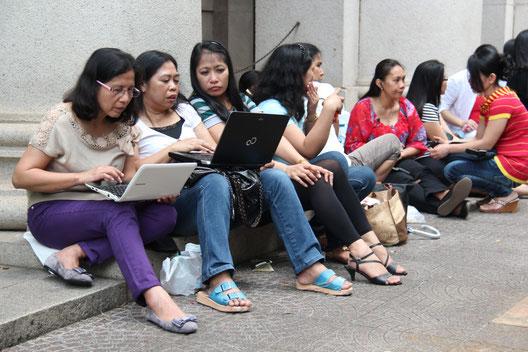 香港で家政婦として働くフィリピン人女性たち:給与のほとんどを家族に送金します