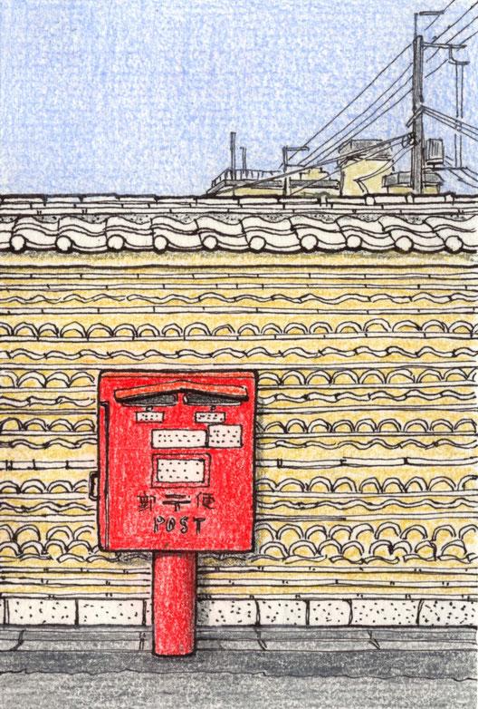 焼けずの寺の瓦塀にある郵便ポスト