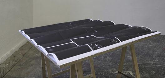 52° 30' 18,2'' Nord, 13° 16' 41,5'' Ost, 2014, 110 x 90 cm, C-Print auf Tisch