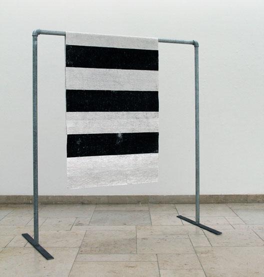 Im Hof, 2016, 200 x 180 x 80 cm, Druck auf Büttenpapier, Stahl