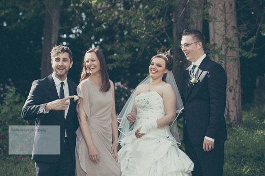 Gruppenbild einer Hochzeit in Hanau mit Brautpaar und Trauzeugen am Schloss Philippsruhe in Hanau.