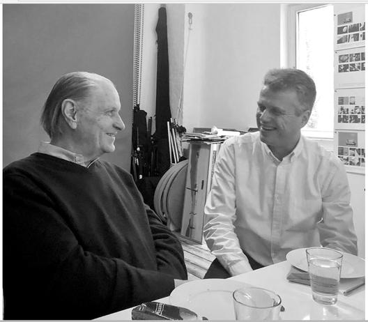 Martin Warnke spricht mit Thies Ibold sitzend in seinem Studio