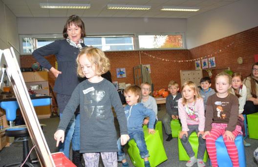 Regina Schwarz hatte für jedes Kind einen Buchstaben mitgebracht.