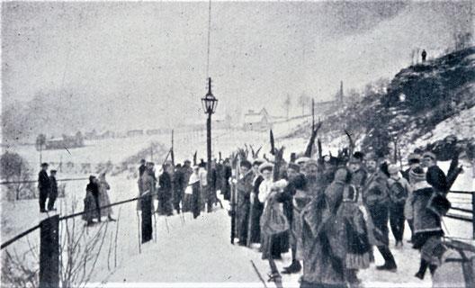 Wintersportler vom Chemnitzer Skiklub am Bahnhof Eibenberg-Kemtau