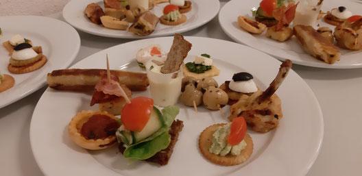 Bild von appetitlich zubereiteten kleinen Häppchen auf einem Teller