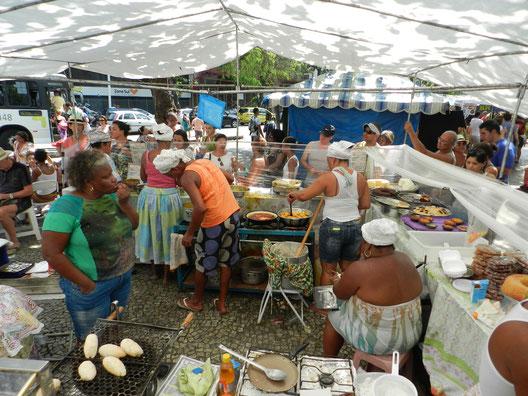 Auf dem Weg zur Copacabana: Ein Markt mit typisch brasilianischem Essen. Am liebsten hätten wir alles probiert!