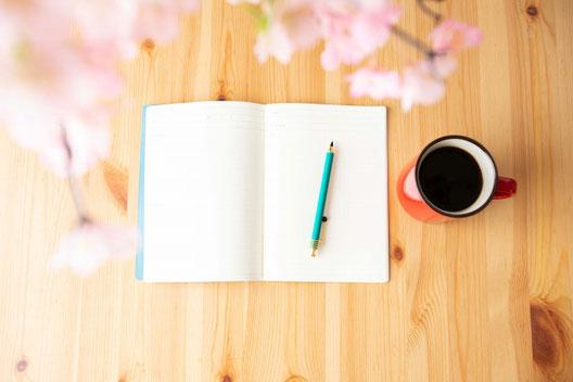 パソコンのキーボードのうえに置かれた腕時計。白のベルト。