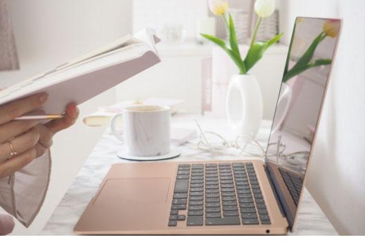 テーブルにタブレットを広げて勉強中。水筒とマグカップ。