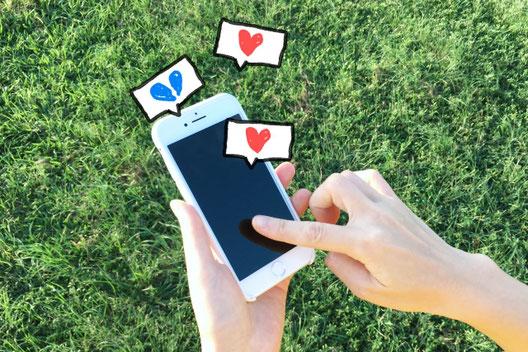 パソコンのキーボードとスマートフォン。鍵とメッセージカード、封筒。細かく切られたアルファベットの文字。セキュリティ暗号のイメージ。