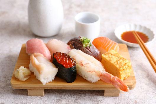 レモン酎ハイのグラスが2つ。グラスにレモンと氷が沈んでいる。