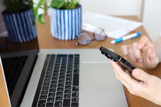 本のうえに飾られたローズゼラニウムの花。