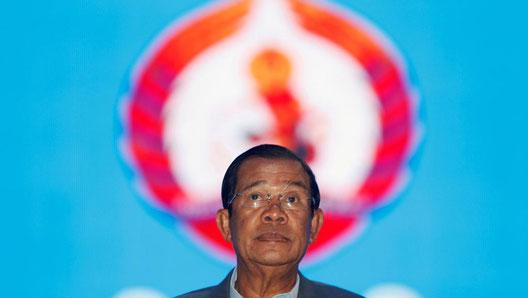 Au pouvoir depuis 33 ans, le Premier ministre Hun Sen est accusé d'utiliser les réseaux sociaux pour identifier des critiques du pouvoir. Ici, à son arrivée au congrès du P.P.C. à Phnom Penh, le 19/01/2018. (Samrang Pring / REUTERS)