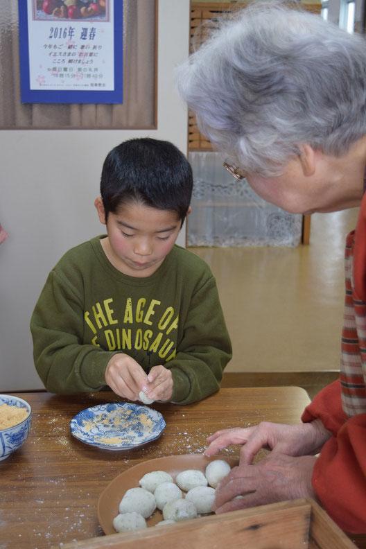 写真は2016年1月、お餅つきをした時に、文さんがJCの直ちゃんにお餅を丸めるコツを教えて下さっているところです(^^♪