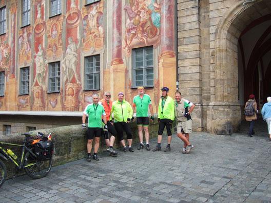 Erwin, Thomas, Stefan, Edmund (Tourleiter), Otto und Siggi vor dem Bamberger Rathaus