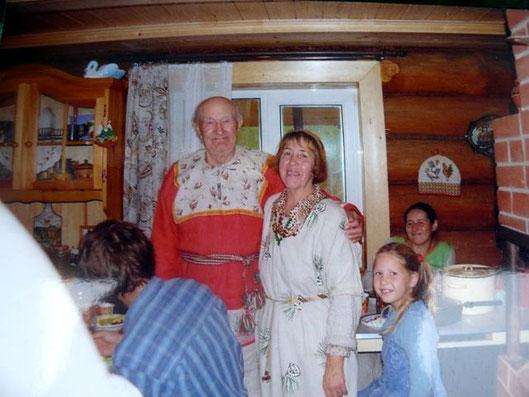Ivan Dmitrievich und Raisa Aleksandrovna mit Gästen