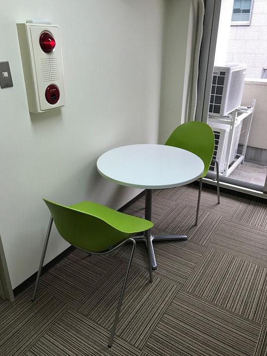 自習室東京CUBE 丸型テーブルとラウンジチェア