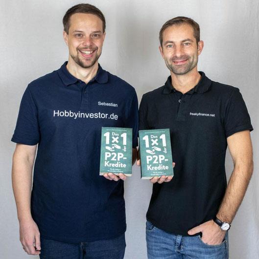 freaky finance, Hobbyinvestor, Vincent Willkomm, Sebastian Wörner, P2P-Buch, Das 1x1 der P2P-Kredite, wie du richtig in Privatkredite investierst, 2 Männer in Polohemden präsentieren jeweils ein Buch