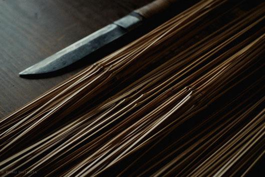 竹籠の素材の竹ひごをつくる。まずは鉈で|Fujifilm X-T20