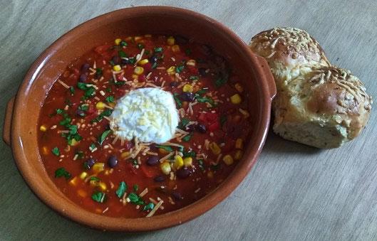 Mexicaanse tomatensoep met zwarte bonen, paprika en mais.