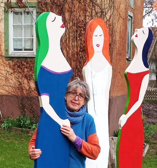 """Diese drei gARTenschwestern sind im Garten des """"Blauen Schlosses"""" in Mansbach aufgestellt. Das """"Blaue"""" Schloss ist jetzt orangefarben."""