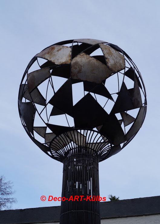 Skulptur aus Rundstahl und Stahlblech.