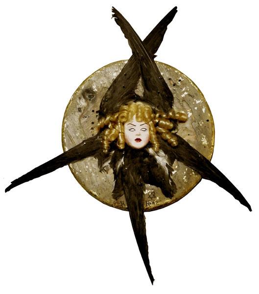 """""""Ange de Satan"""" / Bois, plâtre, plumes, cheveux synthétiques, clous, feuille d'or / h.62 cm / Kinder-k 2013"""