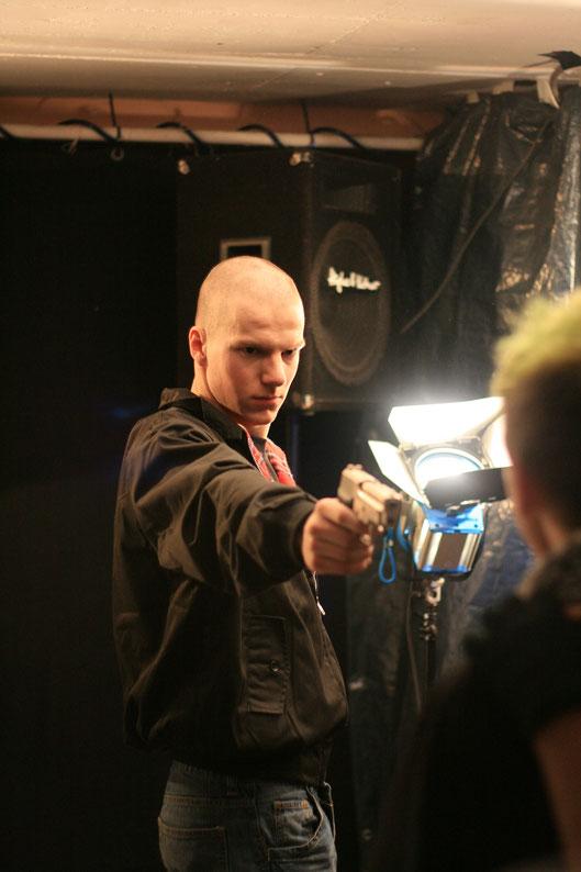 """Wieder Schauspieler Jonas, der in """"Punk´s dead"""" einen Neonazi spielt, im passenden Kostüm."""
