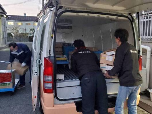食品配送車の積み込み作業