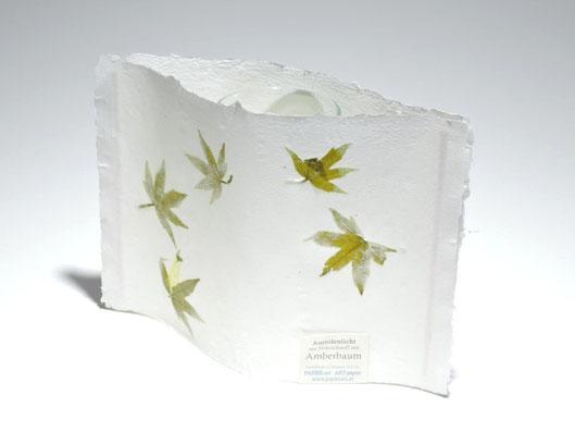 Windlicht aus handgeschöpftem Büttenpapier mit Blättern vom Amberbaum