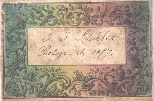 Kolorierter Zettel auf der Rückseite des nachfolgenden Bildes.