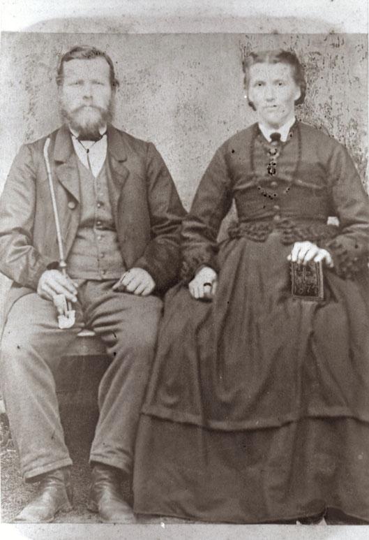 Unbekanntes Ehepaar. Das Foto ist auf dem Gebetbuch datiert.