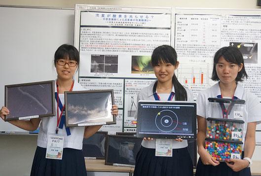 左から 吉弘有里さん(2年)、内田月読さん(2年)、大島知子さん(2年)