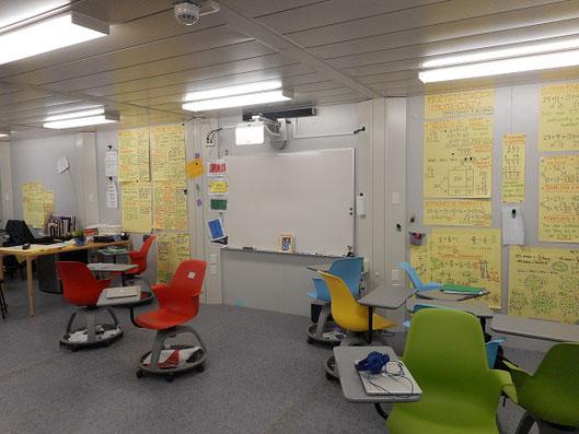 グループディスカッションのため、移動しやすい椅子が用意された教室。シンガポールの幼稚園にて