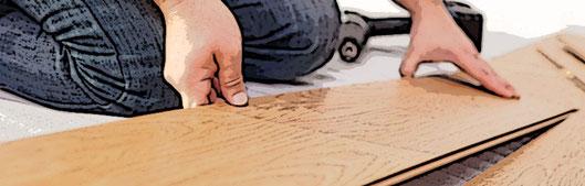 Het leggen van laminaat door een vakman van Premium Floors aan het werk.