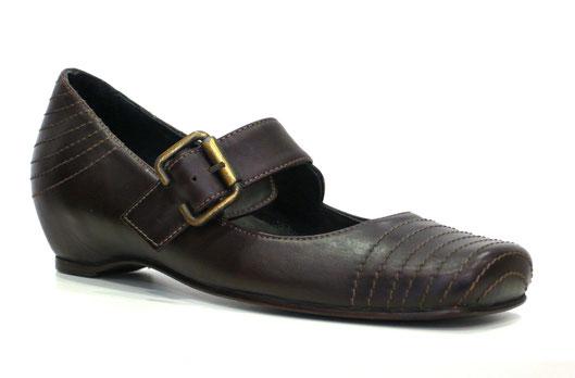 Zapato de la marca Patricia en piel bronx testa (marrón), detalle tira pasador con hebilla al empeine y alza interna 4 cm., punta plana, pespuntes al tono