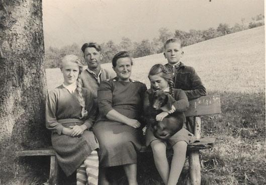 Familie Schmeissl vom Haberskogel mit deren Kindern Sepperl und Traudi wir im Heut, im Stadel und auch sonstwo spielten.