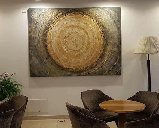 Xl Energiebild Acryl auf Leinwand in Gold und Naturtönen fur den Eingangsbereich des Hotels Mondschein in Sterzing