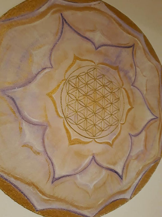 Wandmalerei Mandala in Gold und Violett in einer Praxis mit Energiearbeit in Sterzing