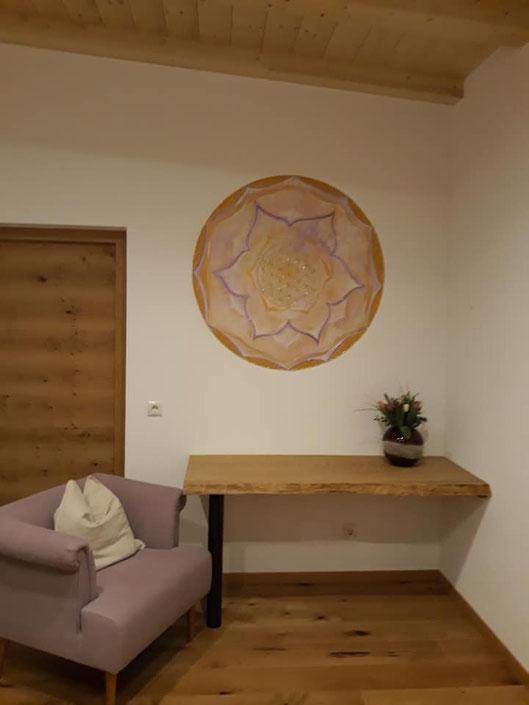 Wandgestaltung Mandala gemalt mit Acrylfarben in Gold und Lila in einer Energetikerpraxis in SÜdtirol