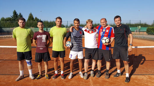"""Finalisten der Ortsmeisterschaften im Fußballtennis 2016: """"Galabau Thome"""" und """"Die Pumas"""""""
