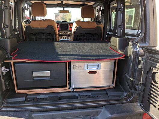 Reiseutensilien im Jeep Wrangler optimal verstaut und organisiert