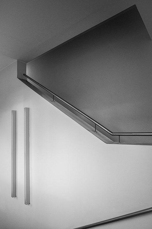 Handlauf. Architekturaufnahme mit NIKON Z7 und VOIGTLÄNDER 21mm/1:3,5 Color Skopar E. Foto: Dr. Klaus Schörner
