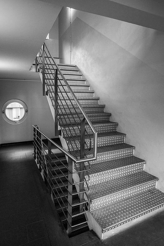 Stahltreppe. Architekturaufnahme mit NIKON Z7 und VOIGTLÄNDER 21mm/1:3,5 Color Skopar E. Foto: Dr. Klaus Schörner