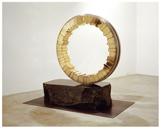 <Circle - No.16> / 1994 / stainless  steel 、brass (真鍮) / H.155x140x50 (φ120) cm