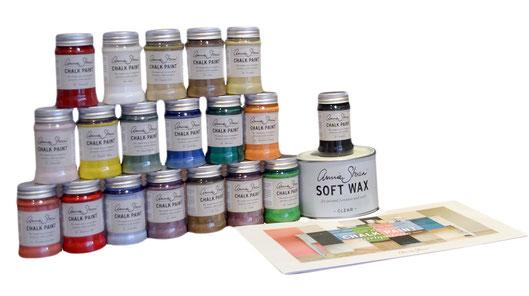 Auf dem Foto sieht man viele kleine Farbdosen a 100ml Inhalt , die übereinander gestapelt sind. Es handelt sich um Kreidefarbe von Annie Sloan.