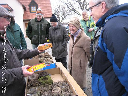 Günther Eichler (links) gab wertvolle Tipps rund um Nistkästen