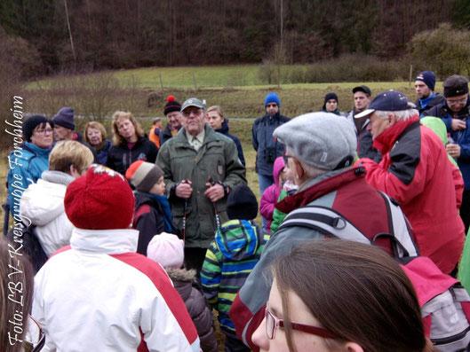 Gunther Brokt mit aufmerksamen Zuhörern (Foto: Ute Wild)