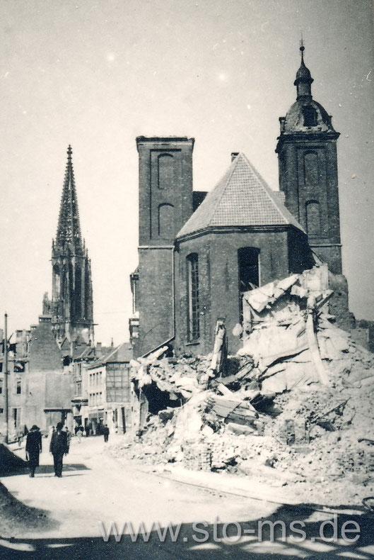Salzstraße mit Dominikaner Kirche. Gut sind die Zerstörungen am Turm der Lambertikirche zu erkennen.