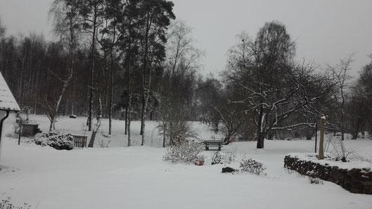 Verschneite Landschaft auf dem Gelände des Klosters in Rögle