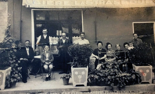 Photo de famille devant le café, on y voit Albert Bentaboulet assis, en culottes courtes.